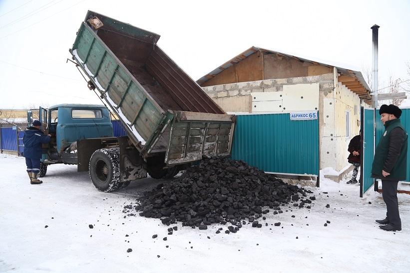 Ақтөбеде 4 отбасыға 6 тонна көмір түсіріліп берілді