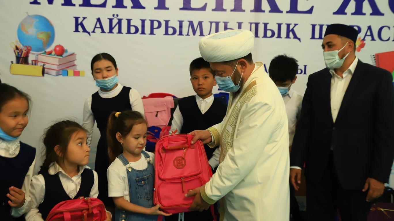 Наурызбай қажы Тағанұлы «Мектепке жол» қайырымдылық акциясына қатысты